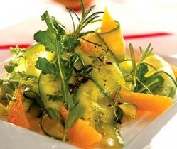 Морковный салат с соленым огурцом